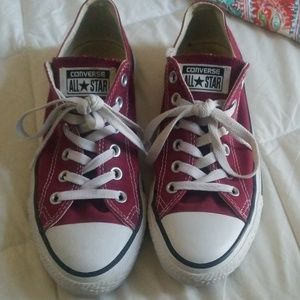 Converse burgundy color. Great Condition!